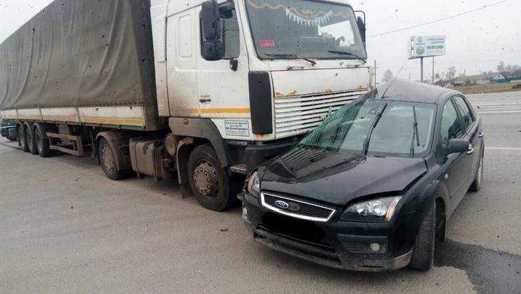 На брянской трассе фура раздавила легковушку Ford