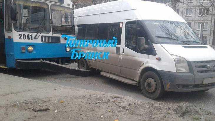 В Брянске водитель маршрутки оторвал бампер троллейбусу