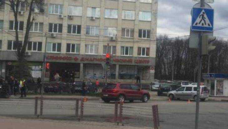 В Брянске у диагностического центра автомобилистка сломала палец мотоциклисту