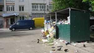 В Брянске фирма «Сервис Плюс» ответит за горы мусора возле подъездов