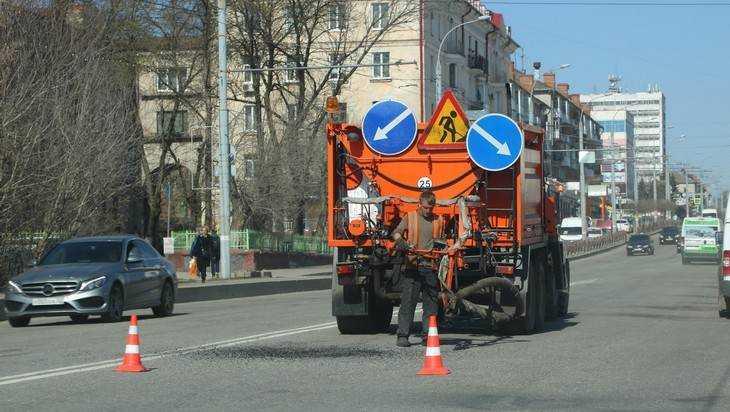В Брянске дороги ремонтируют при помощи установки «Белта»