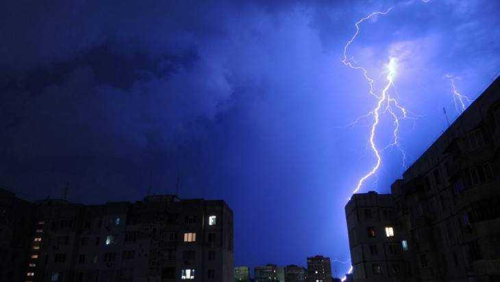 На Брянск обрушилась гроза с ураганным ветром