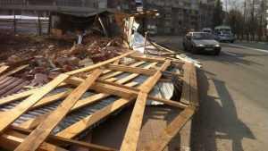 В Брянске ураганный ветер снес забор на улице Дуки