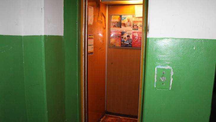 В Брянске во время грозы несколько человек застряли в лифтах