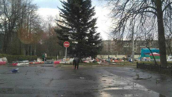 В Жуковке ураган сорвал с магазина крышу и унес теплицу