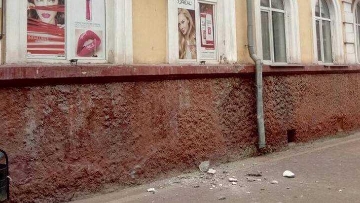 В центре Брянска обрушилась часть балкона дома