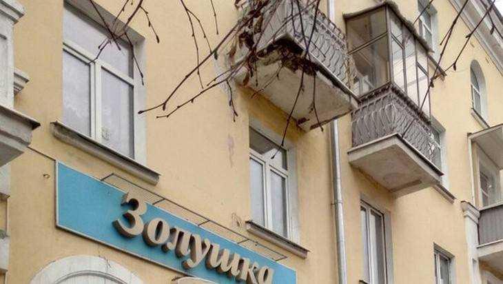 В Брянске на проспекте Ленина обрушилась часть балкона дома