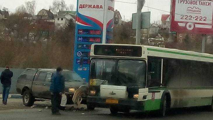 В Брянске на Черном мосту возле АЗС внедорожник врезался в автобус №2