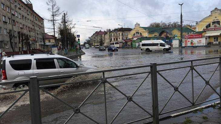 В Брянске возле Бежицкого рынка дорога ушла под воду