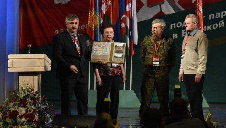 В Брянске на форуме Победителей внуку героя вручили медальон деда
