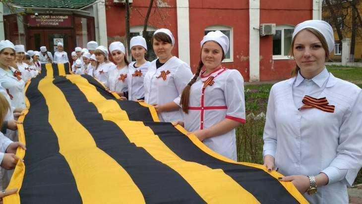 В Брянске студенты развернули 20-метровую Георгиевскую ленту