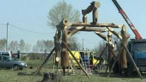 Под Брянском стали сооружать сруб Бабы-яги