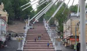 В Брянске мама с коляской измучилась на лестнице бульвара Гагарина