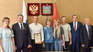 Брянский губернатор вручил лыжнику Большунову сертификат на 4,6 млн рублей