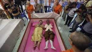 Брянцам предложили зловещее шоу «свадьба в гробу»