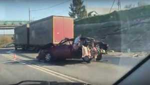 Под Брянском в ДТП с 3 автомобилями и автобусом пострадали два человека
