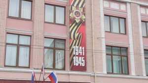 Ко Дню Победы в Брянске украсили фасад ЦУМа