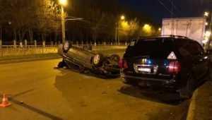 В Брянске юнец на BMW врезался в стоявшую машину и перевернулся
