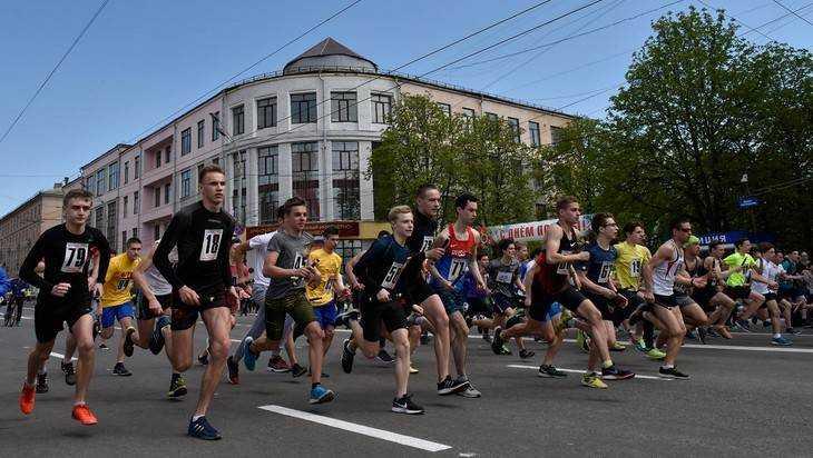 В Брянске студенты университета победили в легкоатлетической эстафете