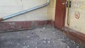 В Брянске после бомбардировки жильцам дома перекрыли подъезд