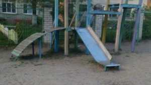 Жители Брянска пожаловались на мрачную детскую площадку