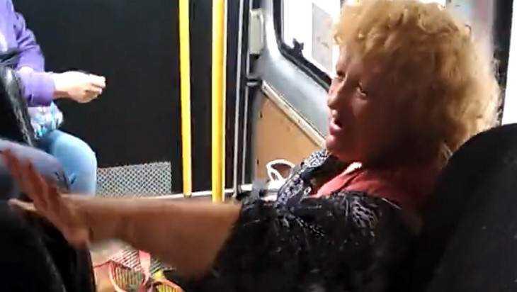 В брянской маршрутке женщина устроила шоу «Голос»