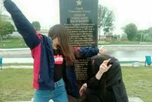 В Новозыбкове «овечки» устроили фотосессию на памятнике Герою