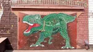 В Брянске художник посадил около гаража дракона
