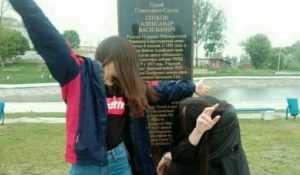 Брянских школьниц наказали за фотосессию на памятнике Герою