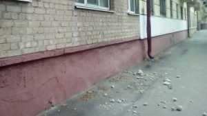 В Брянске с балкона на тротуар рухнули куски бетона