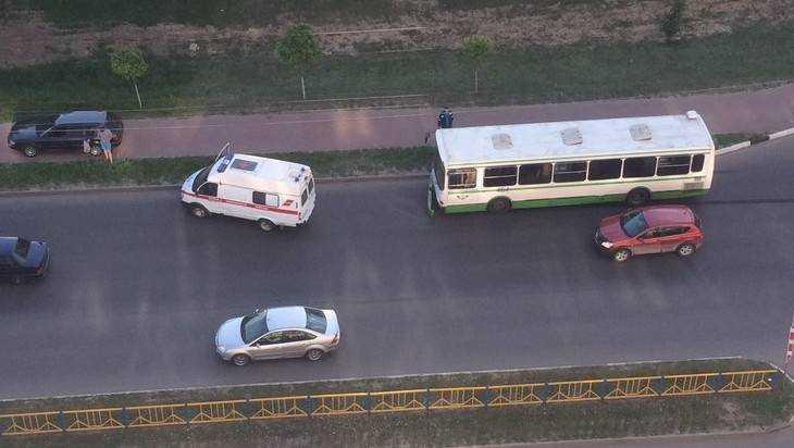 В Брянске иномарка оторвала бампер автобусу и вылетела на тротуар