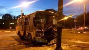 В Брянске автобус ПАЗ врезался в столб и загорелся