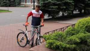 Глава Брянска Александр Хлиманков приехал в горсовет на велосипеде