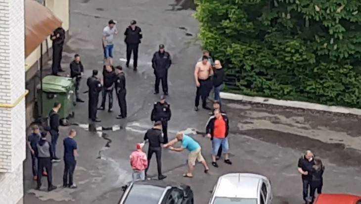В Брянске сняли видео диких ежедневных сцен около питейных заведений
