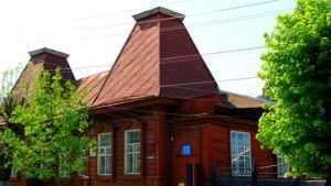 В Клинцах ураганный ветер сорвал крышу с краеведческого музея