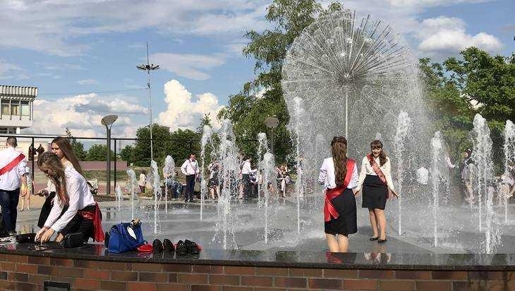 Брянские выпускники искупались в фонтане на набережной
