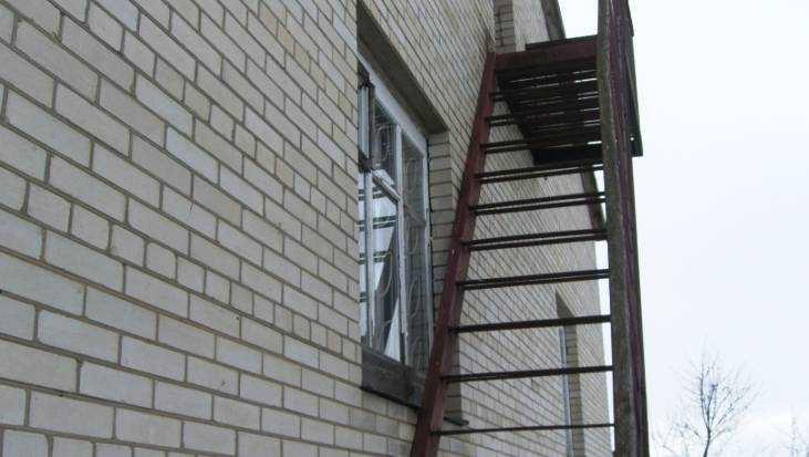 Житель Брянска украл и сдал на металлолом лестницу из школы искусств