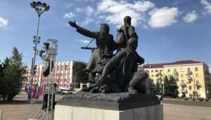 В Брянске помыли памятник воинам и освежили площадь Партизан