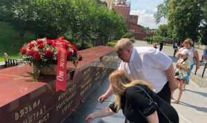 В Москве возложили у стен Кремля возложили цветы от жителей Брянска