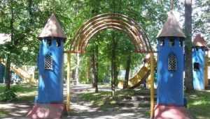 Жители Брянска попросили вернуть детскую площадку в парке Пушкина