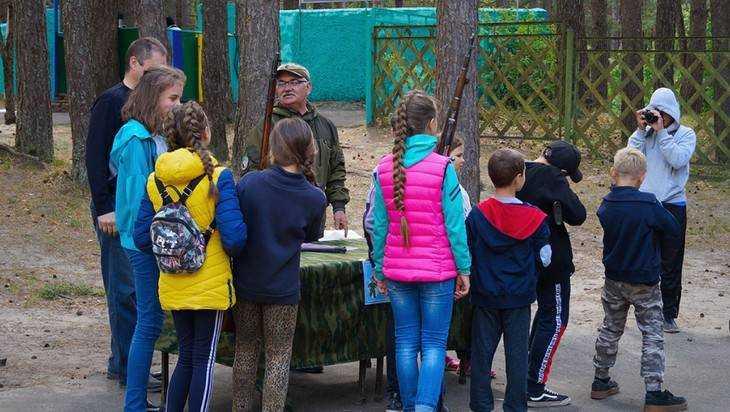 В брянском детском лагере «Искорка» прошел военно-патриотический день