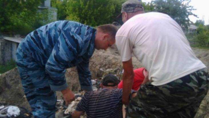 В Почепе спасли мужчину, провалившегося в огромную яму