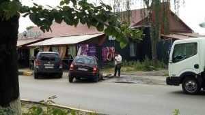 В Брянске возле рынка автомобиль провалился в яму на асфальте