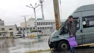 Возле вокзала Брянск-I  маршрутка № 38 врезалась в столб и автомобиль