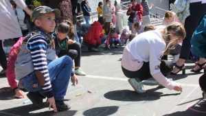 В Брянске дети на асфальте на рисовали почту будущего с голубями