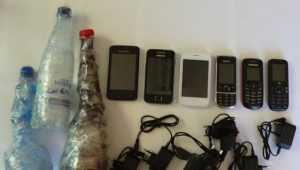 В брянской колонии задержали 5 мужчин с наркотиком и 6 мобильниками