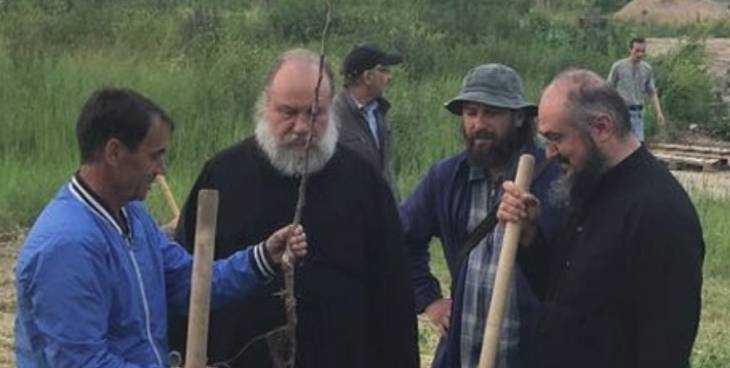 На территории Свенского монастыря под Брянском заложили новый яблоневый сад