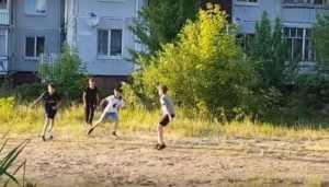 В брянском поселке Белые Берега из пустыря сделали футбольную площадку