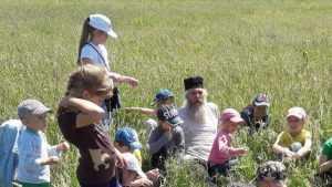 Брянский священник в походе показал детям святой источник