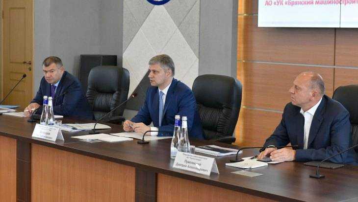 Глава РЖД Олегу Белозерову на брянском заводе показали новый тепловоз